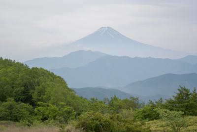 三つ峠の先に浮かぶ富士山
