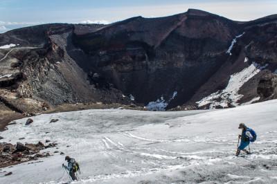 雪渓 足を滑らせると火口方向に滑落する