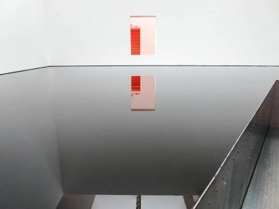 鏡面のような平面が不思議な世界を作り出す。