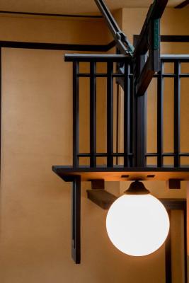 幾何学装飾とランプ