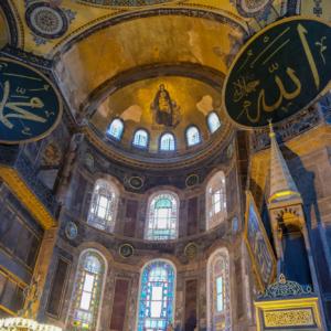 イスラム教の文字盤とキリスト教の聖母像