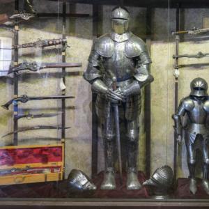 甲冑や剣の展示